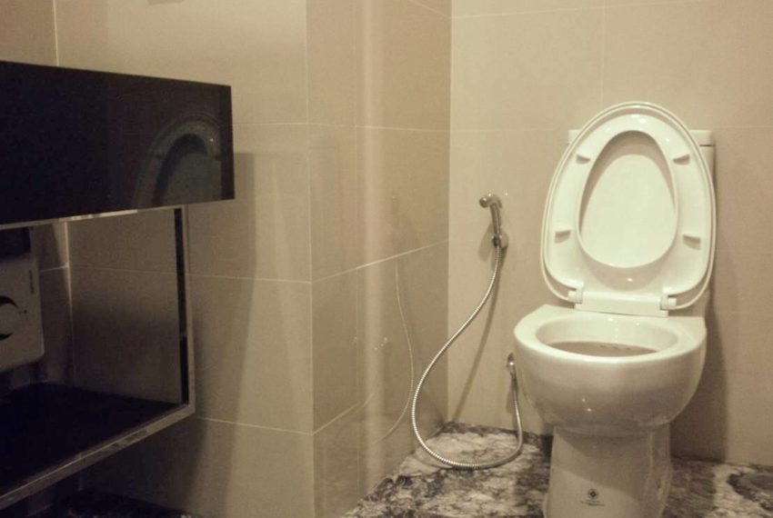 edge sukhumvit 23 mid floor for sale and rent - toilet