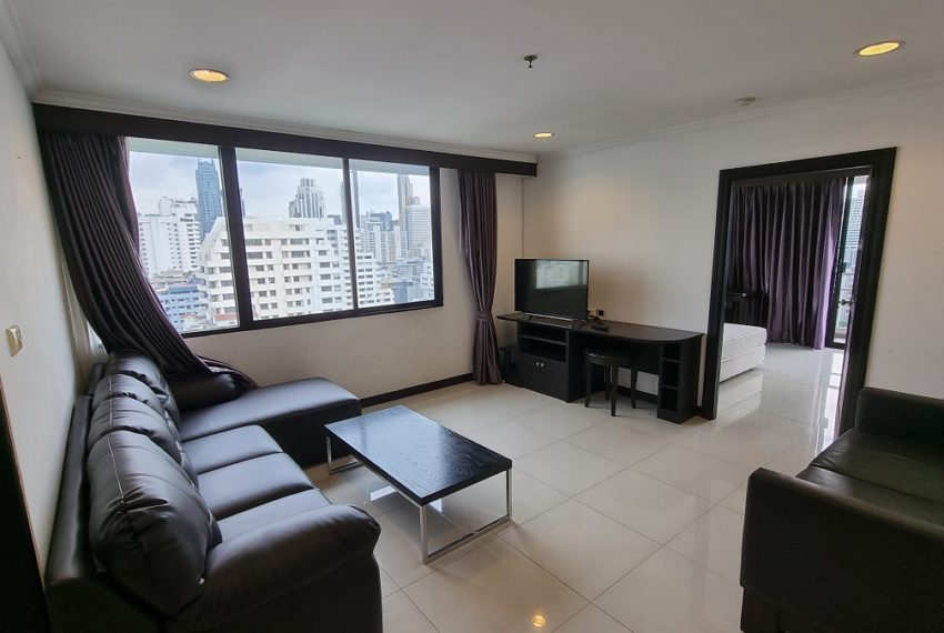 living roomLarge Bangkok apartment in Sukhumvit 8 for sale - 3-bedroom - Lake Green condo near BTS Nana
