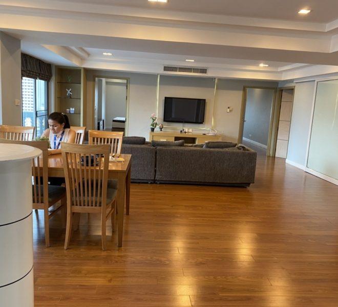 3-bedroom condo for sale in Prompong - 2 balconies - mid-floor - Royal Castle