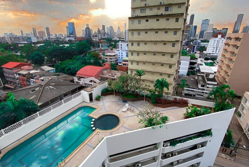 Large condo with large balcony in Soi Nana (Sukhumvit 4) - 3 bedroom - FULL RENOVATION REQUIRED - Crystal Garden