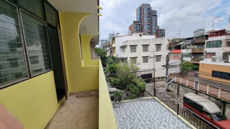 Large townhouse in Sukhumvit 40 for sale - 8-bedroom - large rooftop - business ground floor